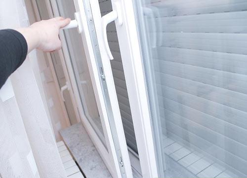 باز کردن پنجره برای تصفیه هوای خانه